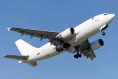 Linhas aéreas carga de TC-VEL ULS, Airbus A310-304F Fotos de Stock Royalty Free