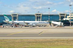 Linhas aéreas de Airbus A340-300 EP-MMB Mahan no terminal de aeroporto de Malpensa Imagens de Stock