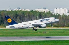 Linhas aéreas de Airbus a319 Lufthansa, aeroporto Pulkovo, Rússia St Petersburg maio de 2014 Fotos de Stock Royalty Free