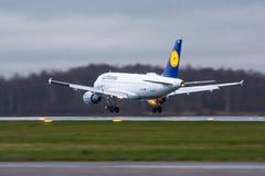 Linhas aéreas de Airbus a320 Lufthansa, aeroporto Pulkovo, Rússia St Petersburg 22 de novembro de 2017 Fotos de Stock Royalty Free