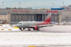 Linhas aéreas de Airbus a319 Rossiya, aeroporto Pulkovo, Rússia St Petersburg Janeiro 08 2018 Imagem de Stock Royalty Free