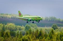 Linhas aéreas de Airbus a319 S7, aeroporto Pulkovo, Rússia St Petersburg maio de 2016 Fotografia de Stock