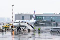 Linhas aéreas de Airbus a320 Ural, aeroporto Pulkovo, Rússia St Petersburg janeiro de 2017 Imagens de Stock