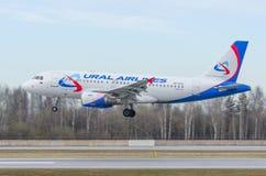 Linhas aéreas de Airbus a319 Ural, aeroporto Pulkovo, Rússia St Petersburg maio de 2017 Fotografia de Stock Royalty Free
