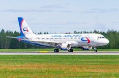 Linhas aéreas de Airbus a319 Ural, aeroporto Pulkovo, Rússia St Petersburg maio de 2017 Fotos de Stock