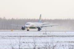 Linhas aéreas de Airbus a319 Usbequistão, aeroporto Pulkovo, Rússia St Petersburg 4 de fevereiro 2018 Fotografia de Stock