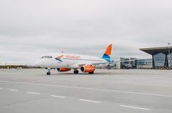 Linhas aéreas do superjet 100 ssj-100 Azimut de Sukhoi, aeroporto Pulkovo, Rússia St Petersburg 10 de outubro de 2017 Fotografia de Stock