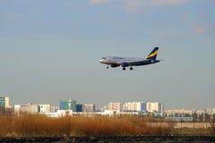 Linhas aéreas Donavia de Airbus A319-111 VP-BNB na aproximação final antes de aterrar no aeroporto de Pulkovo Fotografia de Stock