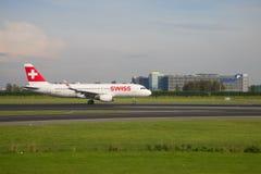 Linhas aéreas internacionais suíças de Airbus A320-214 HB-JLT na pista de decolagem do aeroporto de Schiphol Imagens de Stock