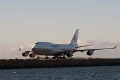 Linhas aéreas malaias Boeing 747 na pista de decolagem. Imagem de Stock Royalty Free