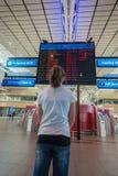Linhas aéreas terminais da informação do voo da menina do aeroporto Imagens de Stock Royalty Free