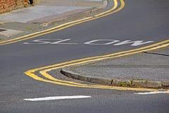 Linhas amarelas do sinal lento da estrada fotografia de stock