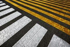 Linhas amarelas e brancas no asfalto imagens de stock