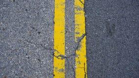 Linhas amarelas paralelas no assoalho fotos de stock royalty free