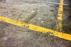 Linhas amarelas velhas do tráfego na estrada fotos de stock royalty free
