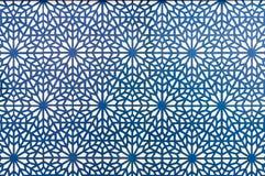 Linhas azuis do teste padrão árabe do estilo no fundo branco Imagem de Stock