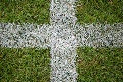 Linhas brancas da grama em um campo de futebol. Fotografia de Stock Royalty Free