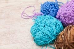 Linhas coloridas para o fim de confecção de malhas acima das lãs coloridas do fio, muitas bolas do fio com espaço para o texto Imagem de Stock