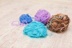 Linhas coloridas para o fim de confecção de malhas acima das lãs coloridas do fio, muitas bolas do fio com espaço para o texto Foto de Stock Royalty Free