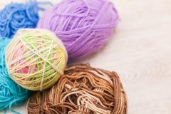 Linhas coloridas para o fim de confecção de malhas acima das lãs coloridas do fio, muitas bolas do fio com espaço para o texto Fotografia de Stock
