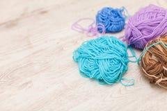 Linhas coloridas para o fim de confecção de malhas acima das lãs coloridas do fio, muitas bolas do fio com espaço para o texto Fotos de Stock Royalty Free