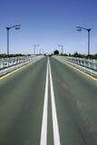 Linhas convergentes de estrada na ponte imagem de stock royalty free