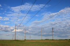 Linhas de alta tensão elétricas. Foto de Stock Royalty Free