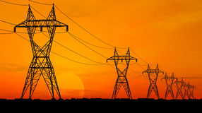 Linhas de alta tensão elétricas Imagens de Stock