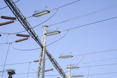 Linhas de alta tensão elétricas com homens Imagem de Stock Royalty Free