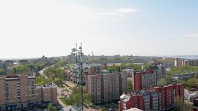 Linhas de alta tens?o em um parque Ambiente urbano, constru??es residenciais r vídeos de arquivo
