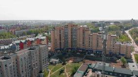 Linhas de alta tens?o em um parque Ambiente urbano, constru??es residenciais r video estoque
