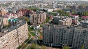 Linhas de alta tens?o em um parque Ambiente urbano, constru??es residenciais r filme