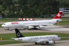 Linhas de ar suíças aeroporto de Zurique do avião de Airbus A340-300 Imagem de Stock