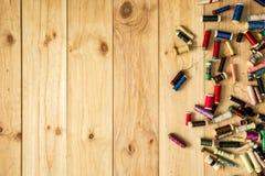 Linhas de costura com as bobinas coloridas para retalhos Imagem de Stock