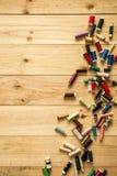 Linhas de costura com as bobinas coloridas para retalhos Fotografia de Stock Royalty Free