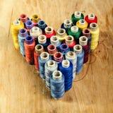 Linhas de costura multicoloridos como o coração Foto de Stock