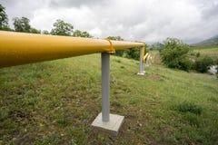 Linhas de gás amarelas nas montanhas de Crimeia Foto de Stock