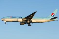 Linhas de HL7765 Korean Air, Boeing 777-2B5 (ER) fotografia de stock royalty free