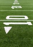 Linhas de jardas em um campo de futebol Fotografia de Stock Royalty Free