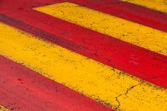 Linhas de marcação de estrada do cruzamento pedestre, amarelas e vermelhas Fotos de Stock Royalty Free