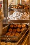 Linhas de Mini Donuts Moving Out do óleo de fritura imagem de stock royalty free