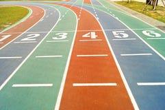Linhas de partida na pista de atletismo colorida Foto de Stock Royalty Free