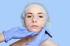 Linhas de perfuração bonitas operação da jovem mulher da cirurgia plástica Fotografia de Stock Royalty Free