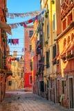 Linhas de roupa em uma rua em Veneza, Itália Imagens de Stock Royalty Free