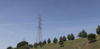 Linhas de transmissão da energia eléctrica foto de stock