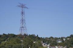 Linhas de transmissão da energia eléctrica fotografia de stock