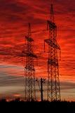 Linhas de transmissão da energia eléctrica no por do sol Imagem de Stock Royalty Free