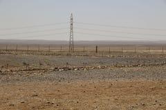 Linhas de transmissão de energia elétricas de alta tensão como parte do poder imagem de stock