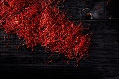 Linhas do açafrão de açafrão na placa de madeira preta Foto de Stock Royalty Free