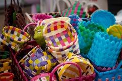 Linhas do plástico do Weave de cestas As cestas são venda do publicfor Fotos de Stock Royalty Free